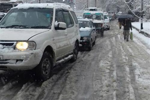 Authorities fail to press men, machinery for snow clearance on Friday in Kashmi